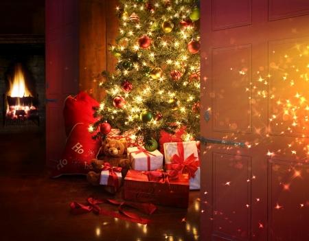 Kersttafereel met boom gaven en vuur op de achtergrond Stockfoto