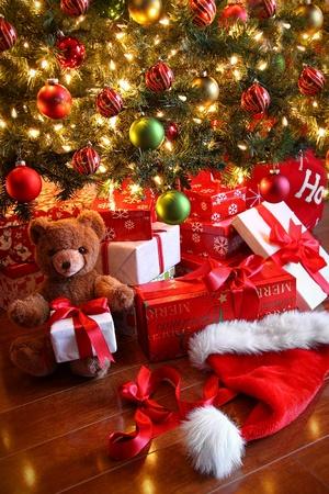 osos navideños: Regalos bajo el árbol para el día de Navidad