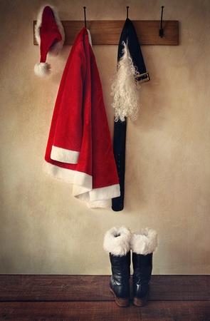 Kerstman kostuum met laarzen aan kledinghaak Stockfoto
