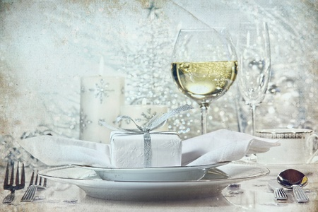 wine and dine: Festive silver dinner setting with vintage look for the holidays