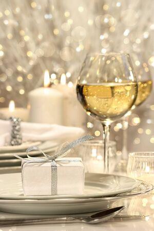 プレート上の銀のリボン ギフトとお祝いテーブルの設定 写真素材