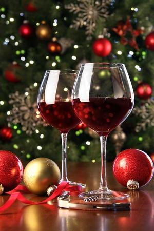 休日のクリスマス ツリーの前で赤ワインのグラス
