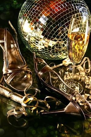 Silver partij schoenen op de vloer met champagne glas voor Nieuwjaar