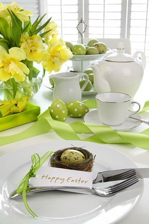 restaurant setting: Place setting with card and flowers for easter brunch Stock Photo
