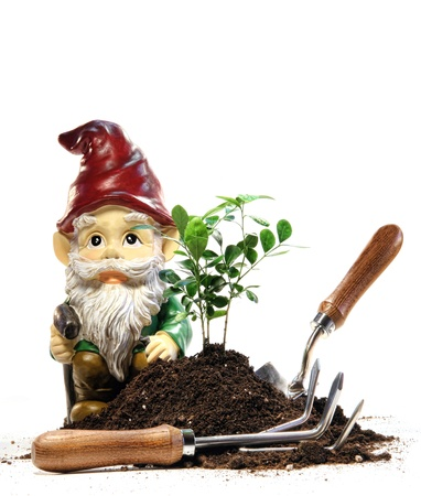 Tuinkabouter met aarde en tools voor het voorjaar planten