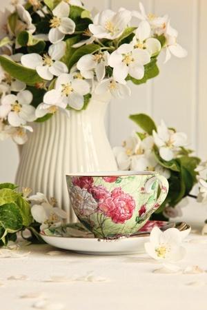 テーブルに新鮮な花の花のティーカップ