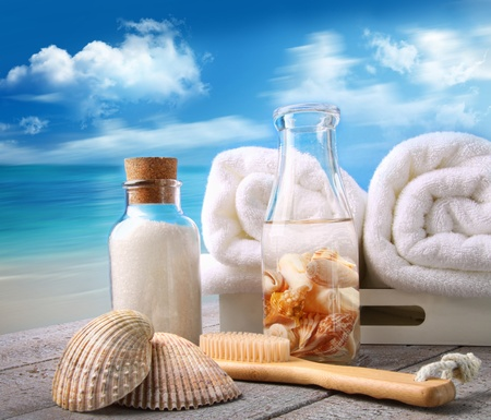 Fluffy towels with bath accessories at the beach Zdjęcie Seryjne