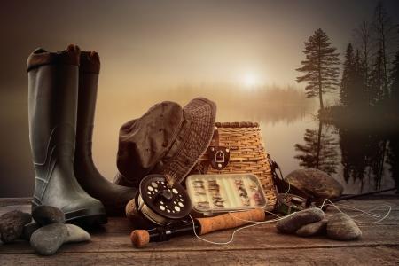 釣り: 霧の湖背景のビューとデッキで釣り機器をフライします。