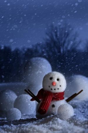 冬の夜背景と雪だるま 写真素材
