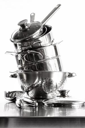 ステンレス鋼の鍋および鍋を白い背景の上でスタックします。 写真素材