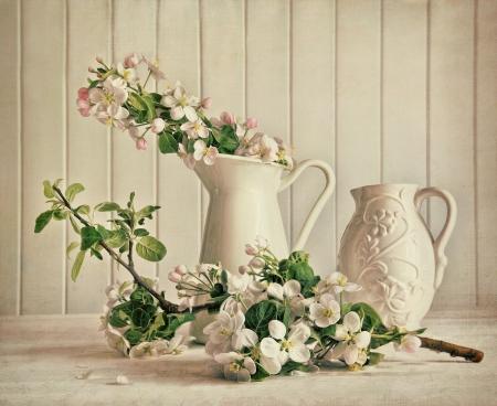 Nature morte de fleurs dans un vase de fleur de pomme sur la table