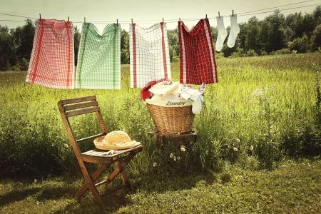 Wassen dag met wasserij op drooglijn Stockfoto