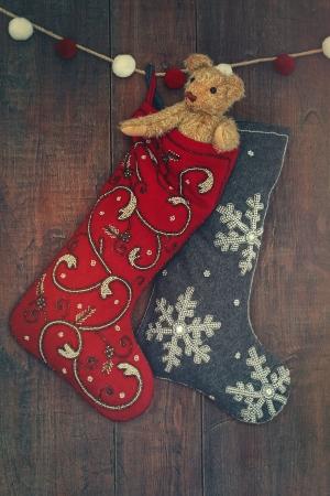 Kleine teddybeer in kous voor Kerstmis