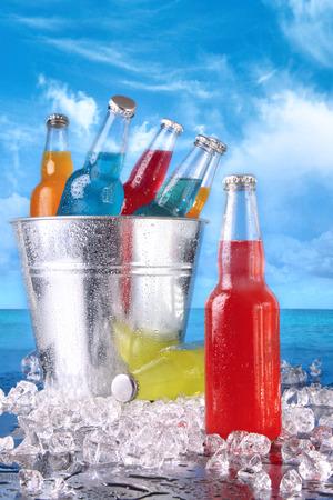 Bebidas de verano frías en un cubo de hielo en la playa