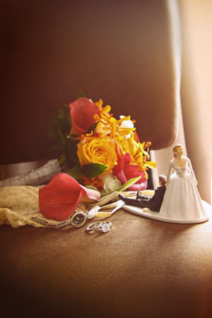 argent: Cake figurines with bouquet on velvet chair