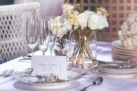 屋外の結婚式のテーブルの上の招待カード