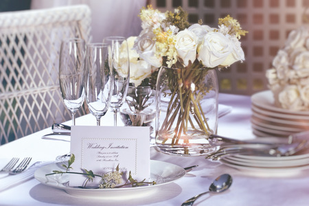 Invitation card on outdoor wedding table Standard-Bild