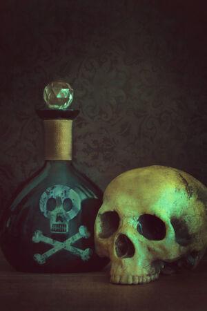 veneno frasco: Cr�neo con la botella del veneno Foto de archivo