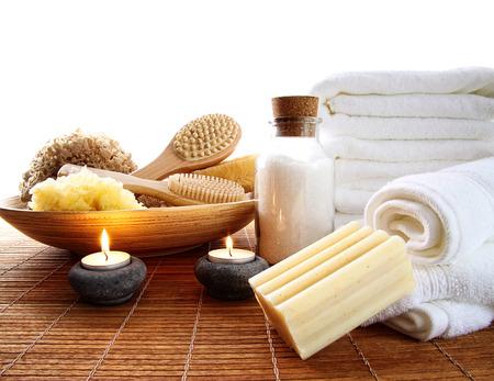 accessoires de spa avec des bougies et des serviettes Banque d'images