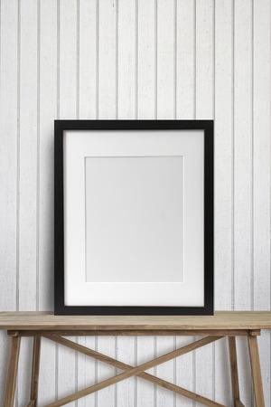 marcos cuadros: Marco de imagen negro con en mesa de madera