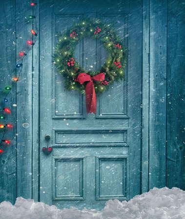 puerta: puerta del granero r�stico con corona de Navidad Foto de archivo