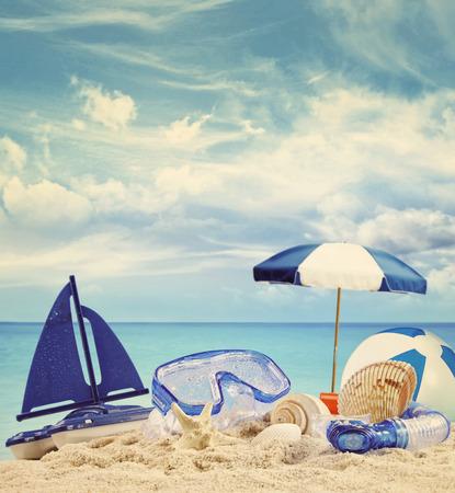Spielzeug für den Strand am Sandstrand mit blauen Meer im Hintergrund