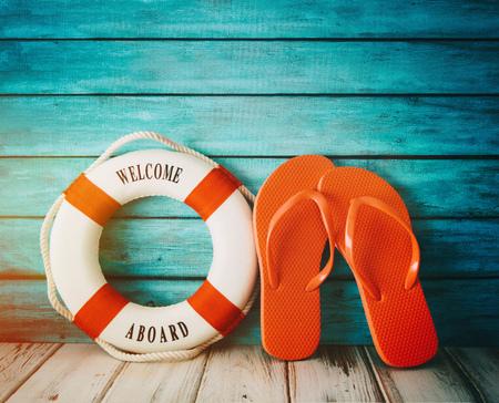 Red flip flops sandals and life preserver on wood 免版税图像