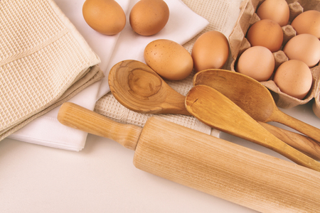 Top view of fresh eggs and utensils on table 免版税图像