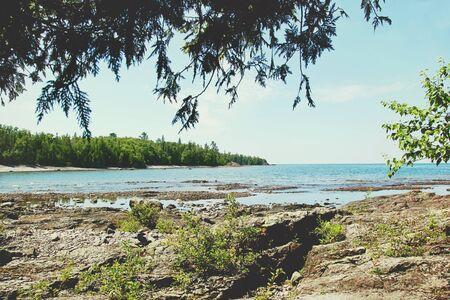 Rocky lake shore on the coast of Lake Superior 免版税图像