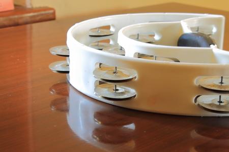 pandero: pandereta blanco sobre la mesa