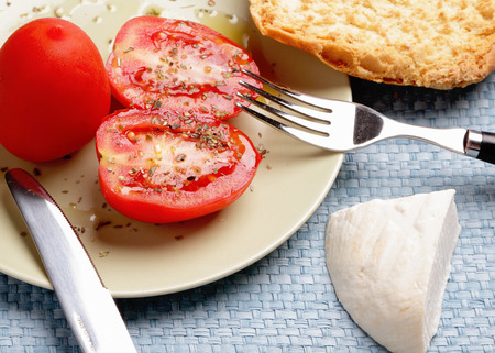 queso de cabra: Healthy Food Pan, tomate y queso de cabra Foto de archivo