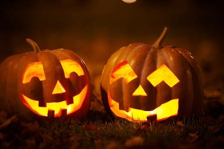 Twee vriendelijke Halloween-pompoenen in het park Stockfoto