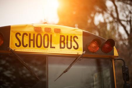 석양 노란색 학교 버스 앞 유리 기호의 전면 근접 촬영보기 스톡 콘텐츠