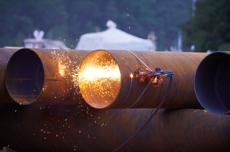 Automatic gas cutter cuts the pipe.