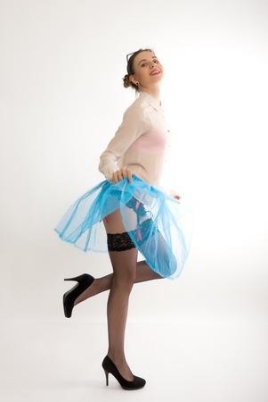 reggicalze: Ritratto di lunghezza completa di un bel modello sottile sexy in una gonna blu e camicetta bianca trasparente, in calze e giarrettiere
