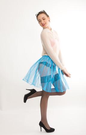 garters: Ritratto di lunghezza completa di un bel modello sottile sexy in una gonna blu e camicetta bianca trasparente, in calze e giarrettiere