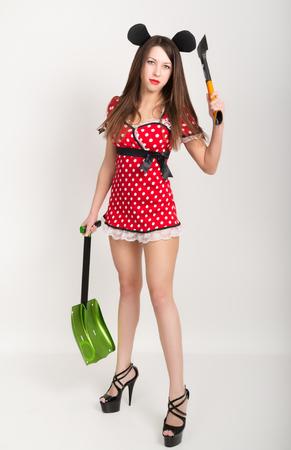 tetona: Chica tetona joven y bella en un vestido corto con lunares, oso en una mano y una pala en la otra hacha.