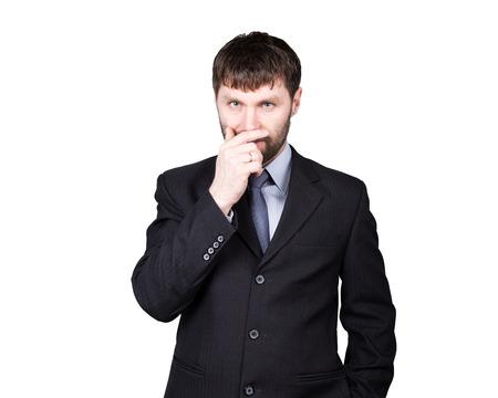desconfianza: lenguaje corporal. gestos desconfían de mentiras. cierra la boca con la mano, la posición cerrada. hombre en traje de negocios aislados en fondo blanco. concepto de verdadero o falso.