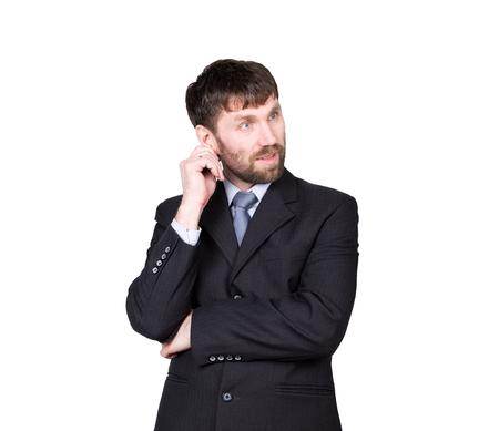 comunicacion no verbal: gestos desconf�an de mentiras. lenguaje corporal. el hombre en traje de negocios, rascarse, frotarse la oreja. aislado sobre fondo blanco. concepto de verdadero o falso. Foto de archivo