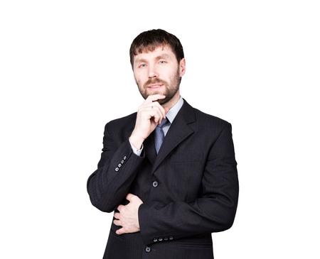 desconfianza: gestos desconfían de mentiras. lenguaje corporal. el hombre en traje de negocios, acariciando la barbilla. aislado sobre fondo blanco. concepto de verdadero o falso. Foto de archivo