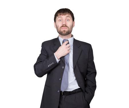desconfianza: gestos desconfían de mentiras. lenguaje corporal. el hombre en traje de negocios, endereza la corbata, ligar. aislado sobre fondo blanco. concepto de verdadero o falso.