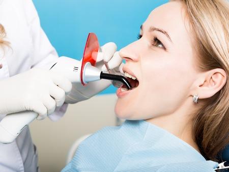 Der Empfang War Bei Den Weiblichen Zahnarzt. Arzt Untersucht Die ...