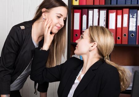Seksuele intimidatie. vrouwelijke baas seksueel gemolesteerd de vrouwelijke werknemer.