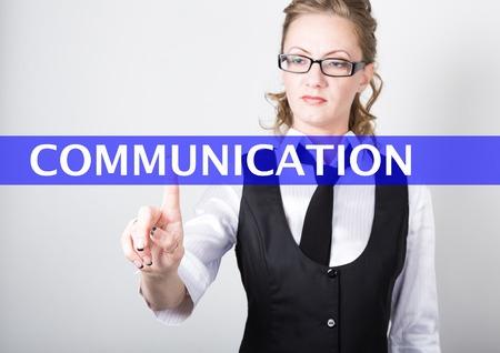comunicación escrita: comunicación por escrito en una pantalla virtual. las tecnologías de Internet en los negocios y el turismo. Mujer en traje y corbata, presiona un dedo en una pantalla virtual.