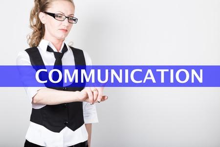 comunicaci�n escrita: comunicaci�n por escrito en una pantalla virtual. las tecnolog�as de Internet en los negocios y el turismo. Mujer en traje y corbata, presiona un dedo en una pantalla virtual.
