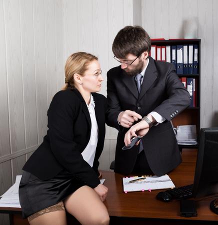 empleados trabajando: Acoso sexual. protuberancia femenina molestado sexualmente el empleado masculino.