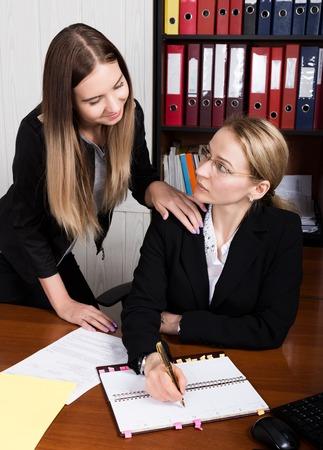 성희롱. 여성 보스가 여성 직원을 성적으로 성추행했다. 스톡 콘텐츠