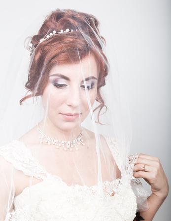 Schöne Braut In Einem Brautkleid Mit Einer Hochzeit Make-up Und ...