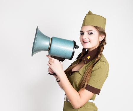 militaire sexy: sexy femme à la mode en uniforme militaire et calot, tenant mégaphone et crier
