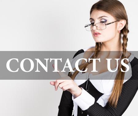 sexy secretary: en contacto con nosotros por escrito en la pantalla virtual. secretaria sexy en un traje de negocios con gafas, las presiones de botones en las pantallas virtuales. tecnología, internet y el concepto de redes. Foto de archivo